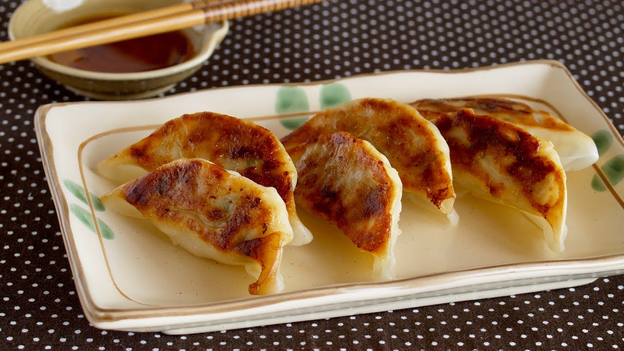 Japanese Yaki Gyoza (Fried Dumplings) 焼き餃子の作り方 ...