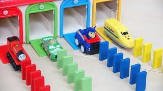 カーズ パウパトロール トーマス トミカ 4色ガレージからいろんな車が出てくるよ 同じ色のドミノ倒し