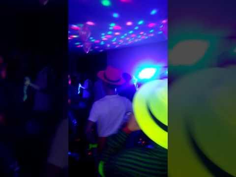 Fiesta neon en lima con luces accesorios y pintura - Luces de neon ...