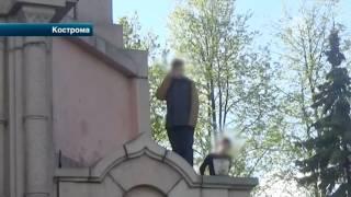 Спасатели с трудом сняли подростка с памятника Ленину в Костроме