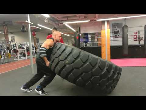 Flippin the 930 pounds (420 kilo) tire the first time! Yeah!!!
