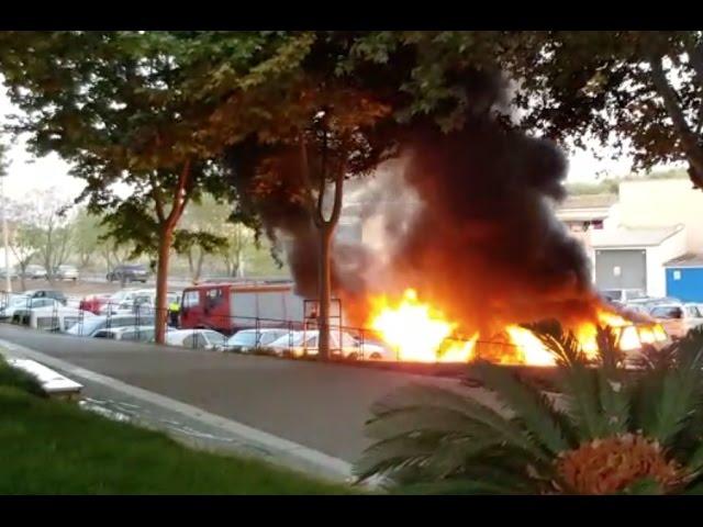 VÍDEO: Imágenes del incendio de tres vehículos en Cabra grabadas por un testigo del suceso