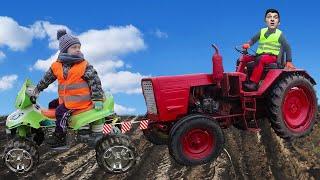 Трактор помогает маме застрявшей в грязи. Малыш помогает маме