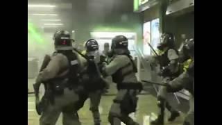 香港警察葵芳地铁站内发射催泪弹