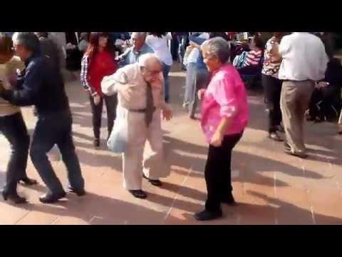 Alter Mann wirft Krücken weg und tanzt