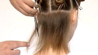 Рваная стрижка на средние волосы с прямой челкой