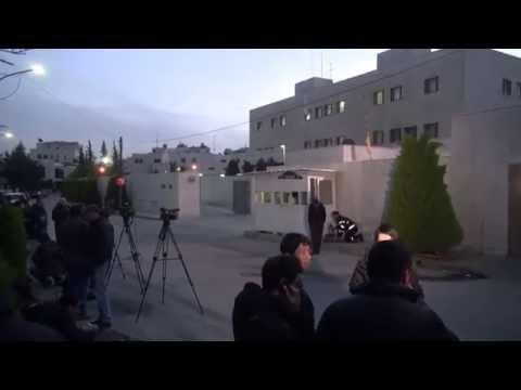 大使館前に多くの報道陣 湯川さん殺害か、イスラム国がネットに画像