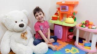 Детская Игрушечная Кухня . Диана на кухне с игрушками.Игры для детей.(Играем на детской игрушечной кухне. Диана на кухне проводит обзор игрушек. Н а нашей игрушечной кухне есть..., 2016-04-06T13:41:26.000Z)