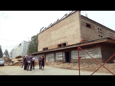 """На улице Богдана Хмельницкого в Новосибирске начали реконструкцию здания кинотеатра """"Космос"""""""