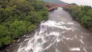 大隅南部県立自然公園内の花瀬川の川床は、指宿カルデラからの溶結凝灰...