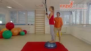 Posilování břišních svalů se zvedáním kolen na závěsném posilovacím systému