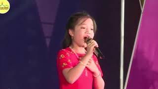 Con nợ mẹ Tú Thanh hát tại lễ tri ân cha mẹ chùa Ba Vàng .