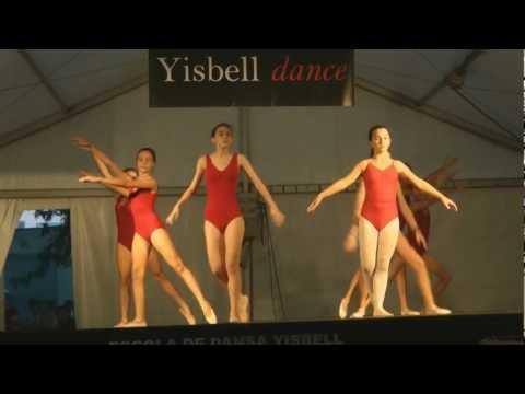 Niñas de 13-15 años del curso de danza de Grado IV en la Fiesta Mayor de Sarrià 2012.
