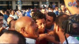 جماهير الاهلى تستقبل عمرو جمال بالاحضان والقبلات
