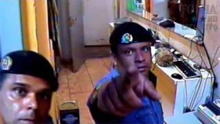 PMs da Rota são filmados ao misturar droga em tambor em SP thumbnail