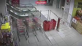 В ростовском супермаркете контролер изнасиловал булочницу.