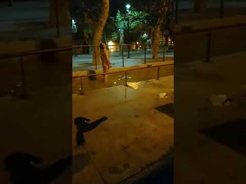 Un joven se da un baño desnudo en una fuente de Ourense