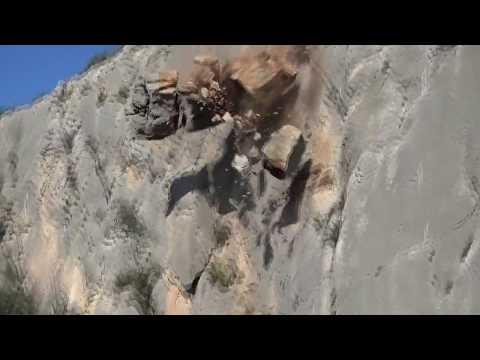 escalador se agarra a una roca ligeramente suelta y de milagro se salva
