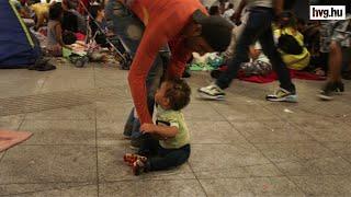Menekült kisgyerek felfedezi az aluljárót