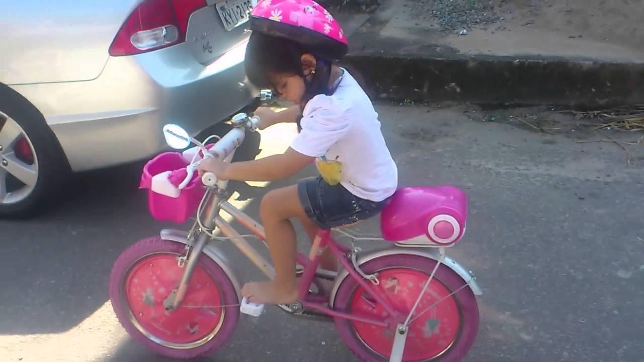 Niña Feliz Andar En Bicicleta: Nina Esther Andando De Bicicleta Na Casa Da Vovó.