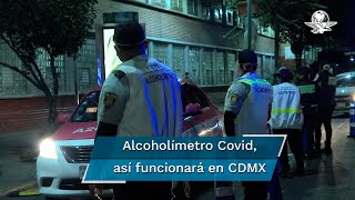 Por la contingencia sanitaria, los agentes no pueden estar cara a cara con los conductores, por lo que utilizan una careta y un tripie para colocar el medidor de alcohol