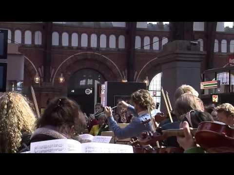 Флэшмоб - исполнение «Болеро» на центральном вокзале Копенгагена, Дания.