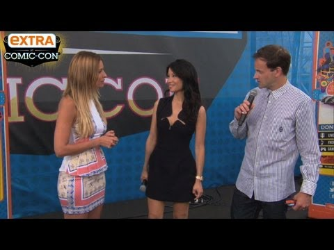'Extra at Comic-Con': 'Elementary' Stars Lucy Liu and Jonny Lee Miller