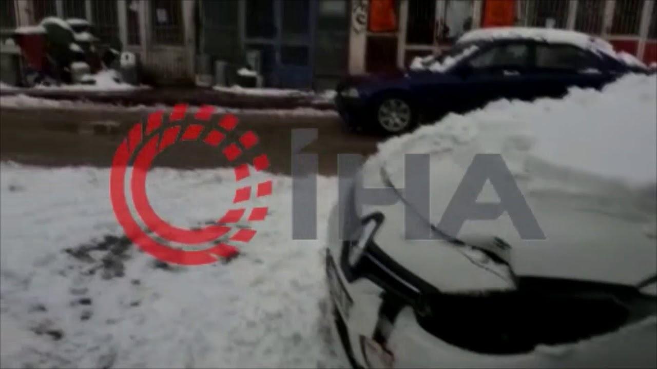 Buzda kayan otomobil ağaca böyle çarptı