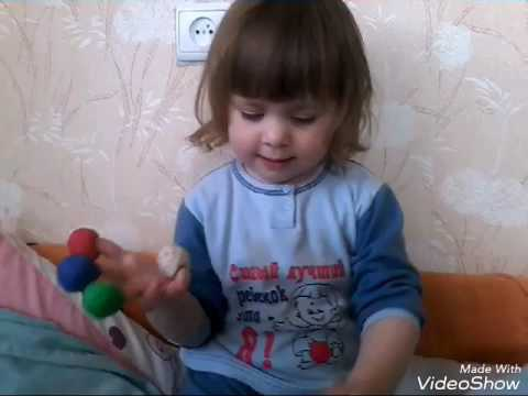 Дашуня поёт песенку про пальчики и щитает....
