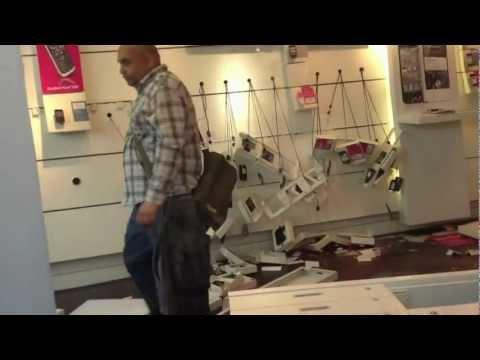 0 Homem irritado destrói loja de celulares