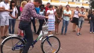 Аттракцион пьяный велосипед(Twist-production.ru - Суть заключается в том что Вы организуете соревнование с условиями что нужно проехать на велос..., 2014-02-06T08:25:52.000Z)
