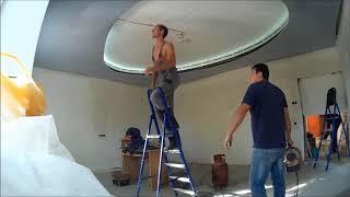 видео Многоуровневые натяжные потолки: монтаж двухуровневого и цена с подсветкой