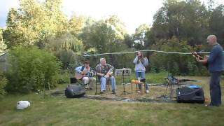 Девушка исполняет песню Александра Розенбаума - Вальс-бостон
