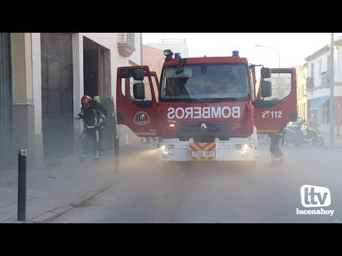 VÍDEO: Los bomberos sofocan un incendio en la cochera de una vivienda en la calle Plaza del Mercado
