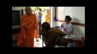 Repeat youtube video จับพระควงชีซิ่งวีโก้ตุ๋นชาวบ้าน.mp4