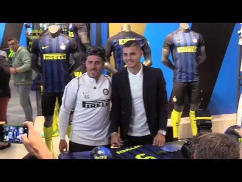 Immagini: Icardi accoglie i tifosi all'Inter Store per il rinnovo