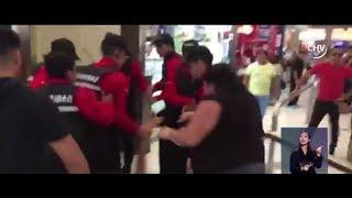 Cazanoticias captó pelea de ambulantes y guardias en mall capitalino - CHV NOTICIAS