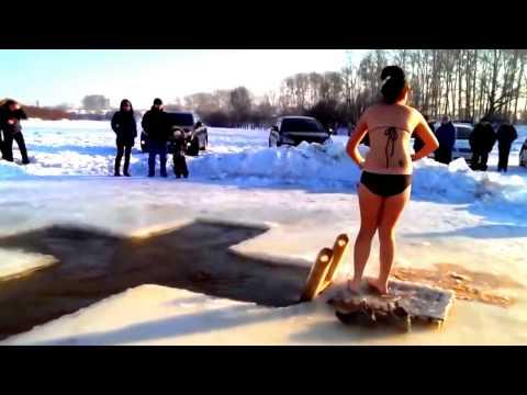 Девушка первый раз купается в проруби