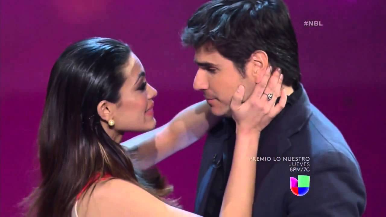 Alina Robert se ganó un beso de Daniel Arenas - YouTube