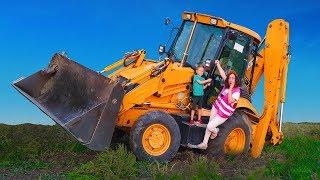 У Мамы Трактор сломался, у Лёвы отвалилось колесо на тракторе Папа пришёл на помощь.