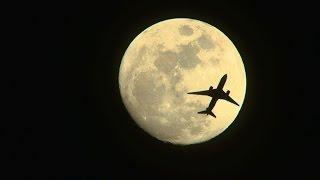 満月間近の月を横切る飛行機。月面着陸?と、思っちゃうような素敵なシーン