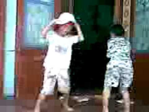 Các bé nhảy nhạc sàn