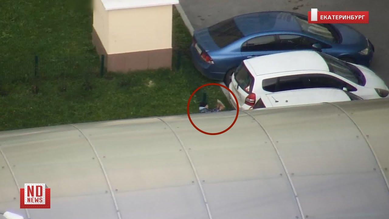 Дети кидают булыжники в автомобили