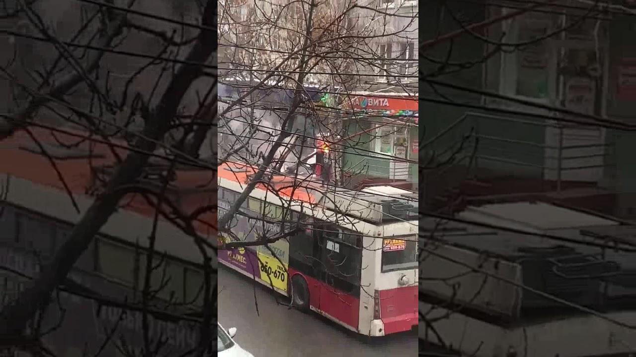 В центре Саратова загорелся троллейбус