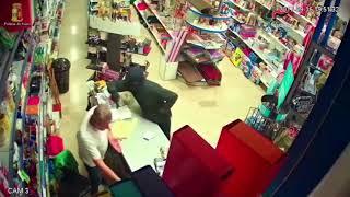 Il video della rapina al negozio di casalinghi in via Puccini
