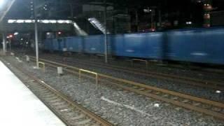 西川口駅、京浜東北線南行の始発が来る前、貨物線を上りワム列車がすっ...