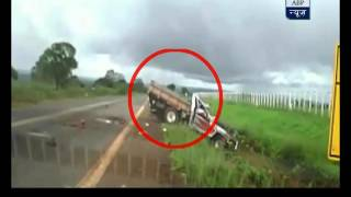 Download Brazil: Truck overturns several times in an accident, driver alive!