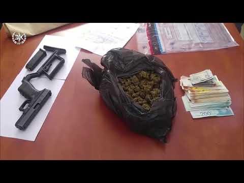 """צפו: אקדח מסוג גלוק וכחצי ק""""ג סם מסוג מריחואנה נתפסו בחיפוש בבית בלוד"""