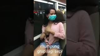Cewek buka baju di bus