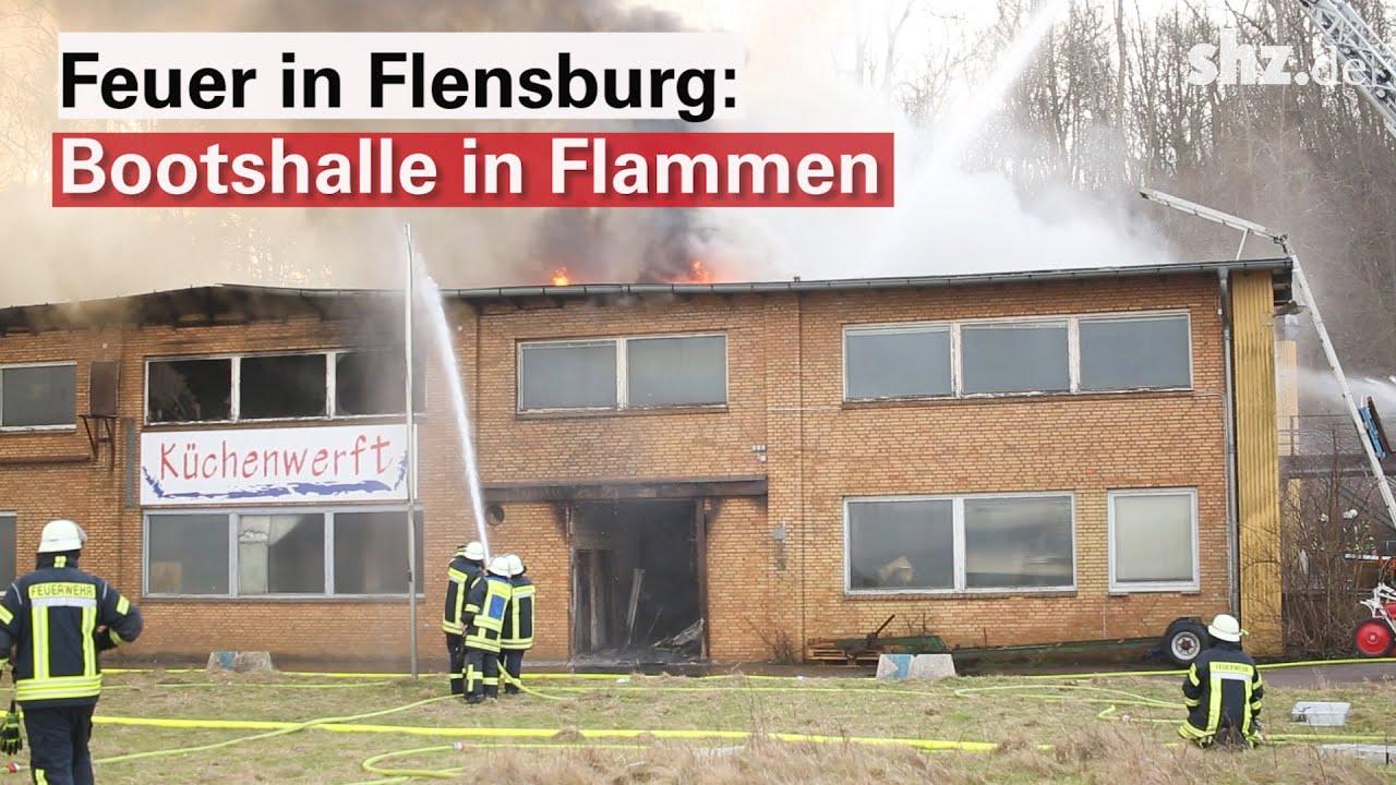 Großeinsatz der Feuerwehr: Bootshalle in Flensburg in Flammen